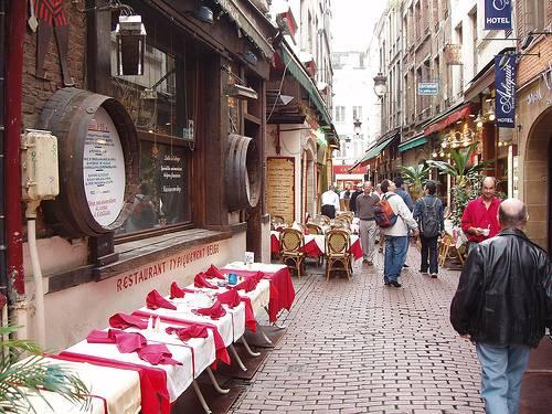 Calle con restaurantes
