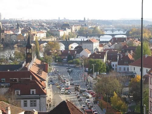 Calle de Praga con tranvias