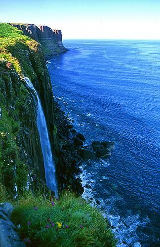 Cascada de Kilt Rock en la Isla de Skye, Escocia