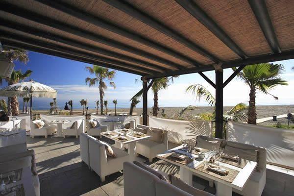 Laguna Village, exquisito centro comercial en la playa de Estepona 2