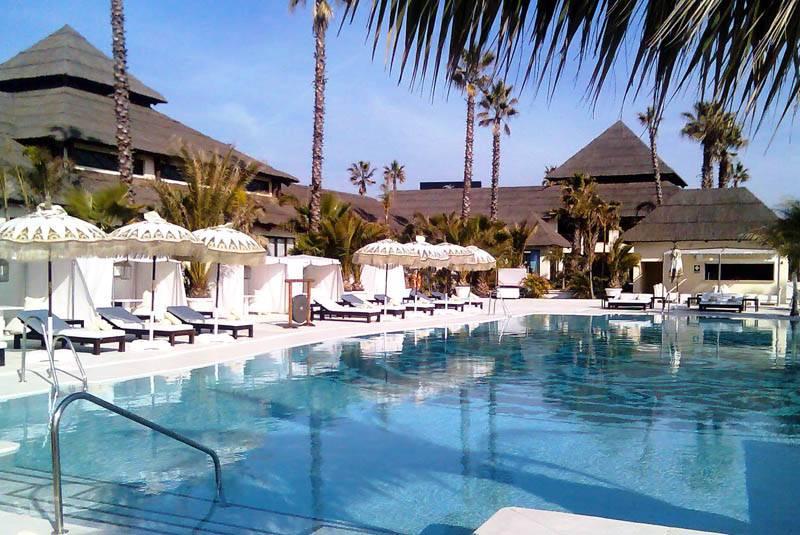 Laguna Village, exquisito centro comercial en la playa de Estepona 3