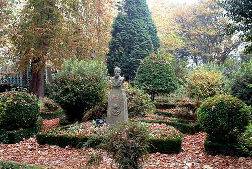 El frondoso Jardín de Rosalía en Iria Flavia 2