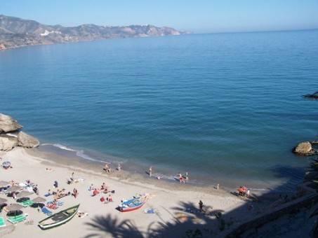 playa de nerja en la costa del sol