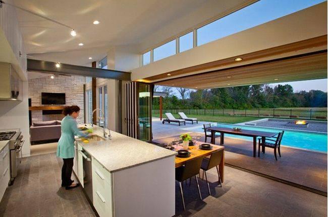 cosas caras - cocina con acceso a la piscina