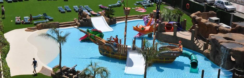 hotel con toboganes para niños