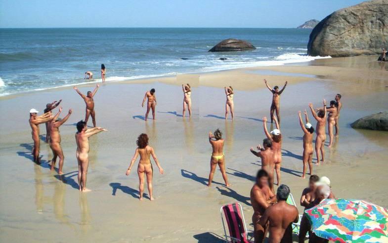 Inauguran la primera playa nudista en Río de Janeiro
