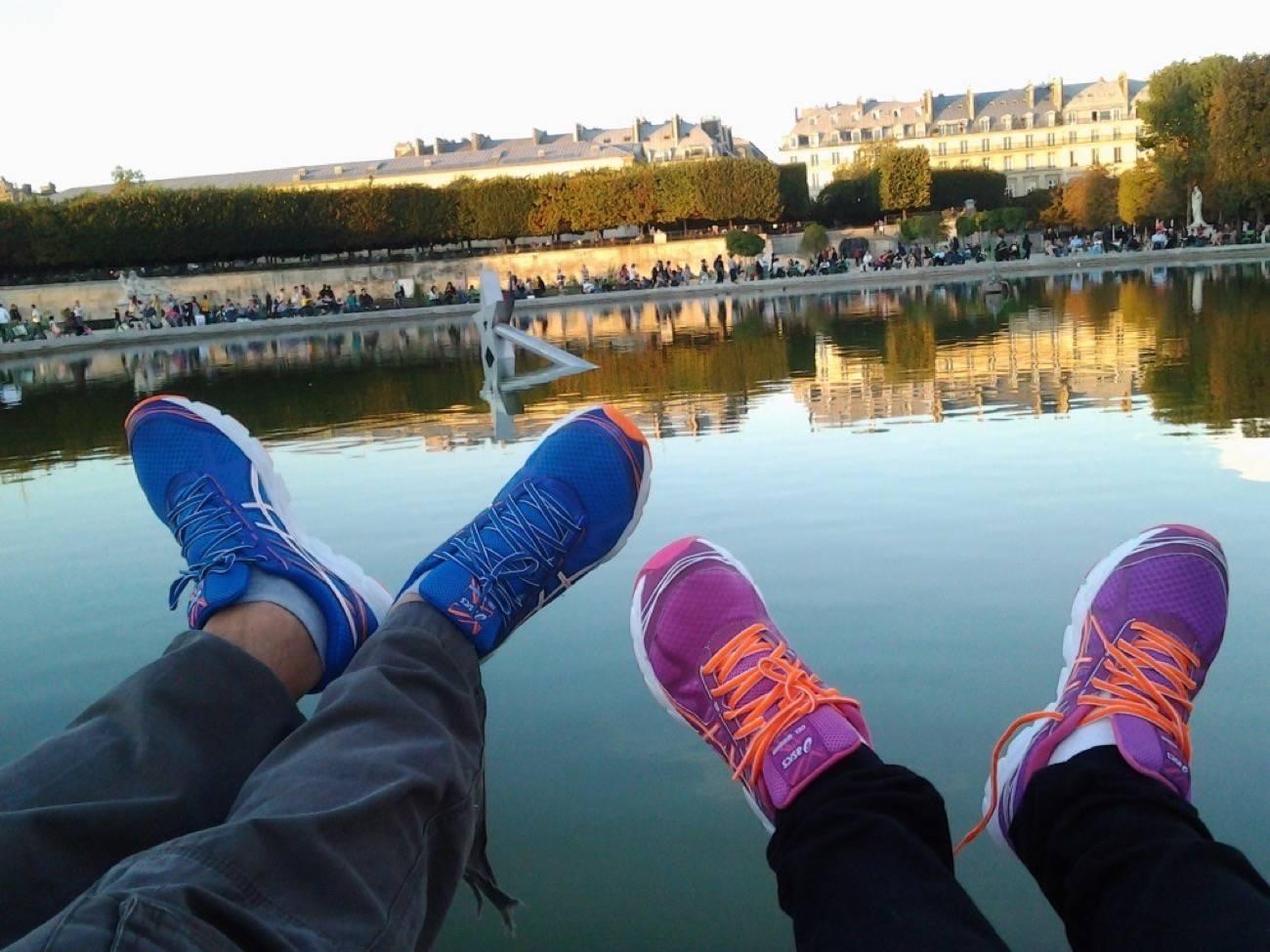 viajero o turista con zapatillas