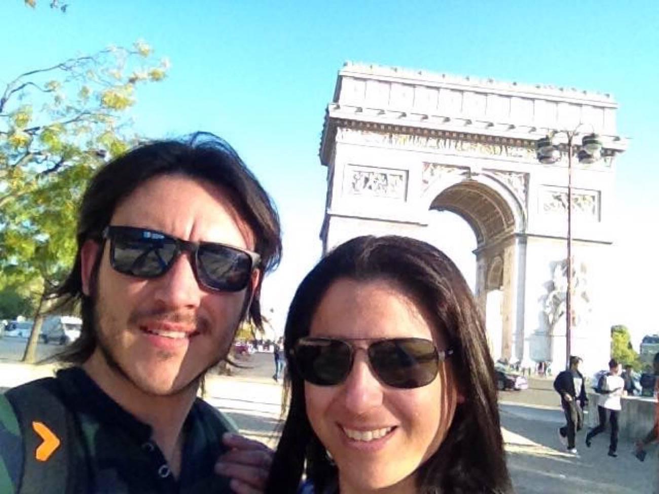 viajero o turista en arco
