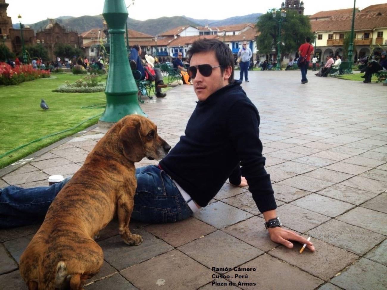 viajero o turista en plaza de armas con perro