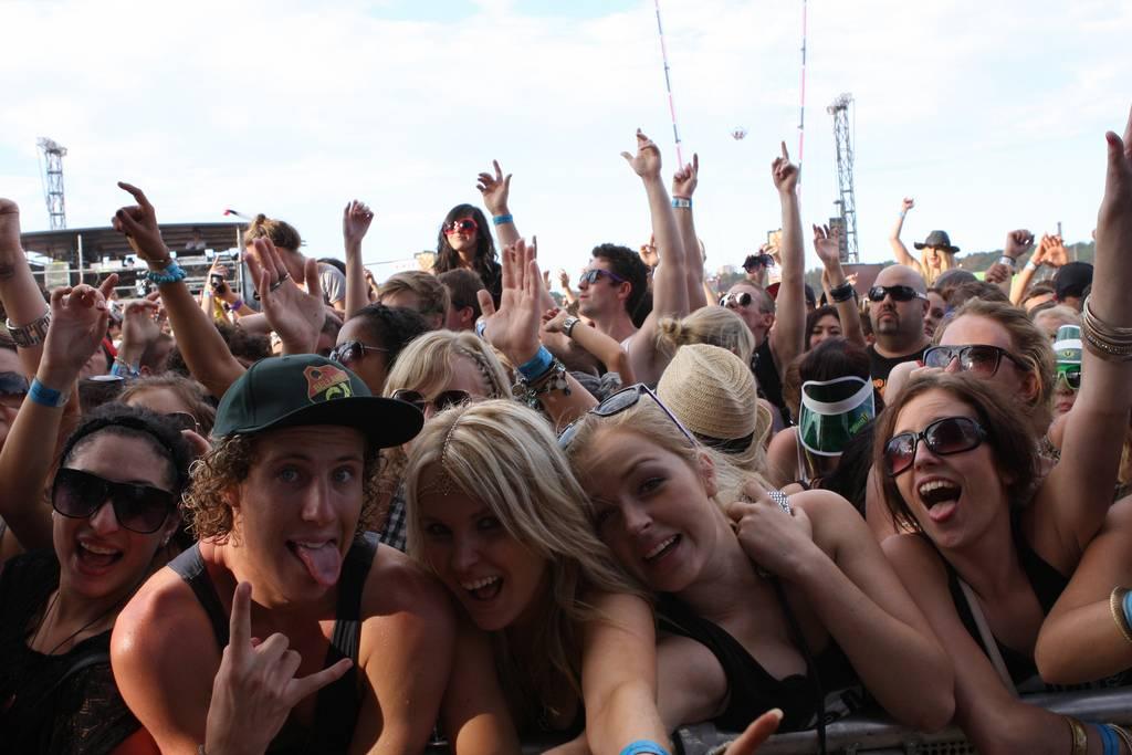 Qué llevarse a un festival de música - Público echándose un selfie