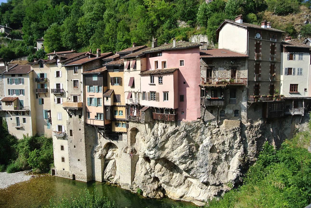 8 lugares en el mundo con casas suspendidas en el aire 2
