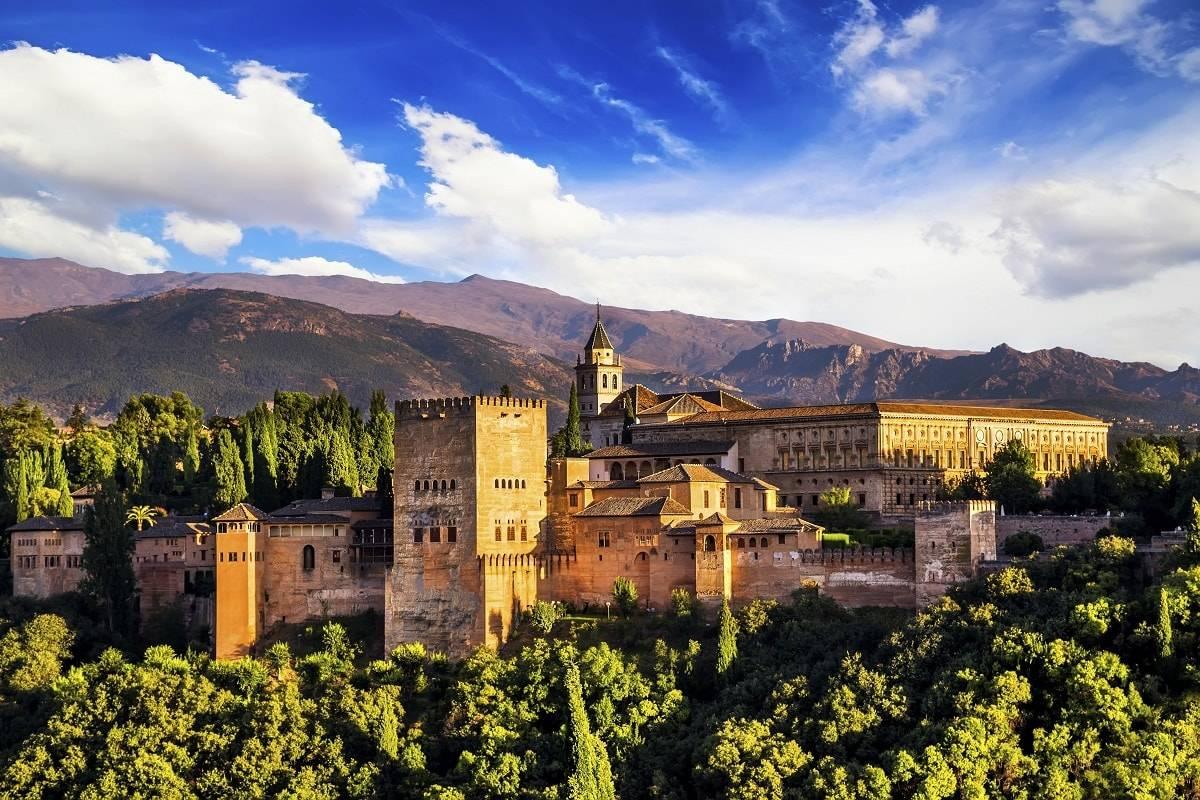 Madrid, Granada y Sevilla, las ciudades más visitadas por los españoles en Navidad 2